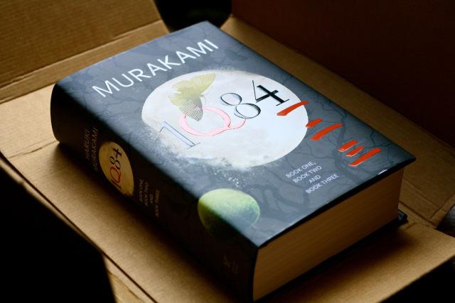 1Q84'ü gerçekten kalın bir kitap, kağıt halde okumak akıl karı değil!